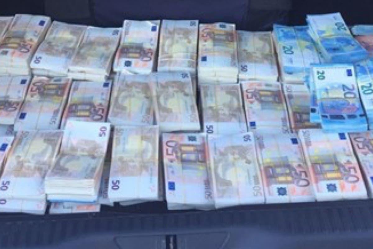 Encuentran decenas de fajos de billetes en el maletero de un coche