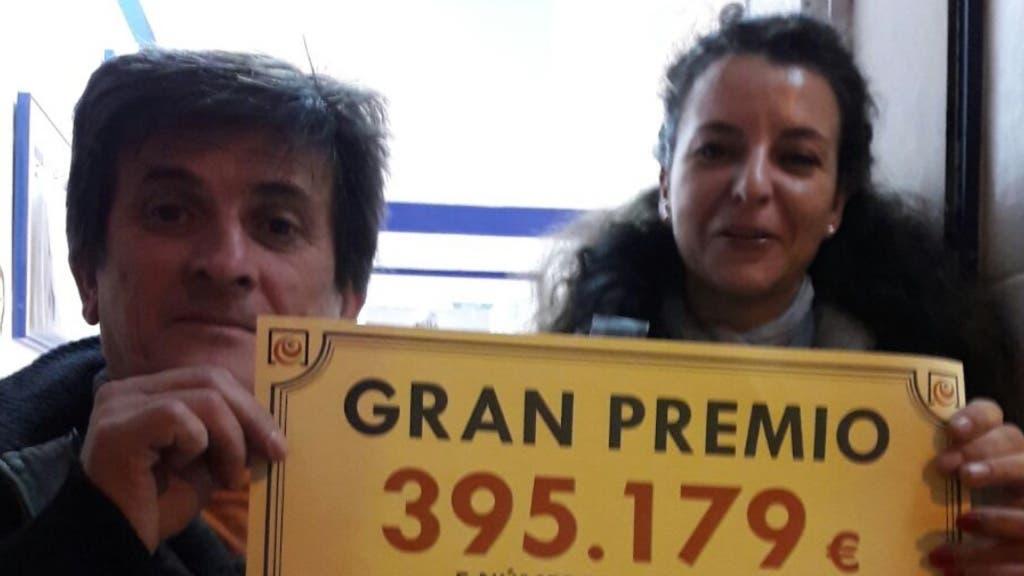 Carmela sujeta el cartel del premio en una imagen cedida a MiraCorredor.tv.