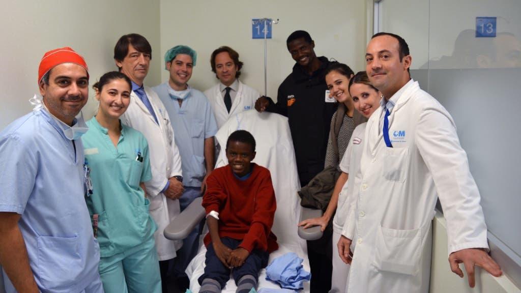 Jamlick Mwangi junto al equipo del Hospital de Torrejón.