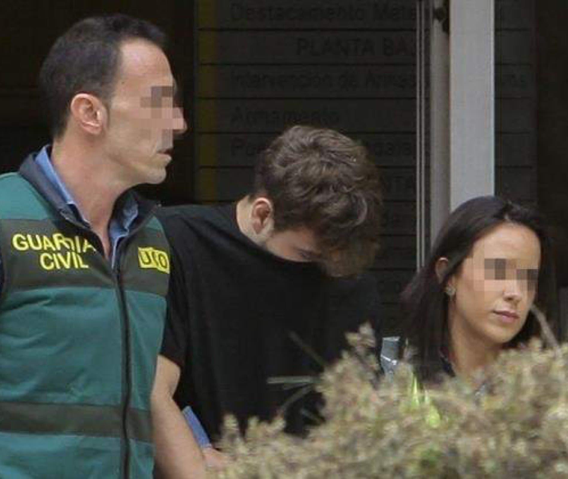 El asesino junto a sus dos víctimas, los padres de los dos menores también asesinados.