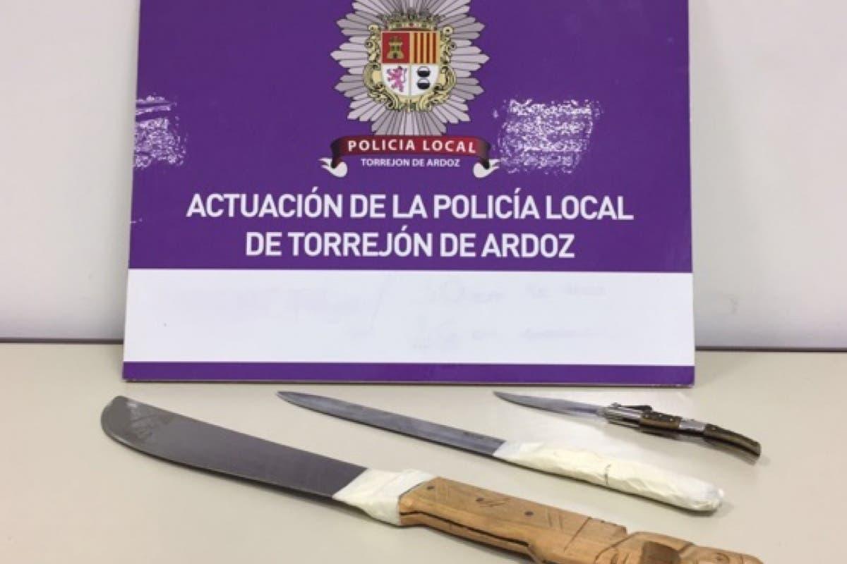 Detenido en Torrejón por amenazar con varios cuchillos a su pareja