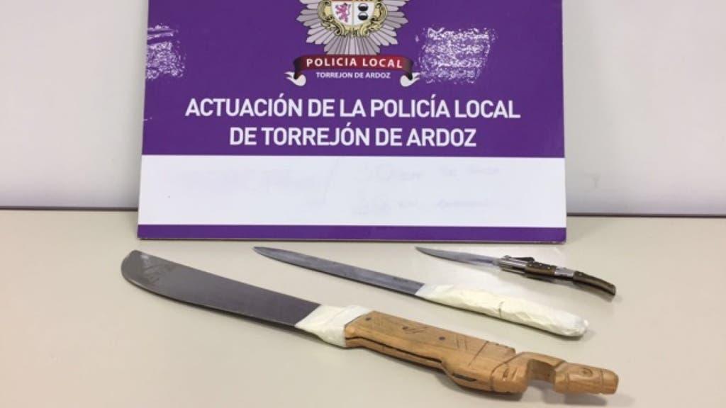 El individuo, que huyó de la vivienda, portaba un machete, un cuchillo y una navaja (Policía Local).