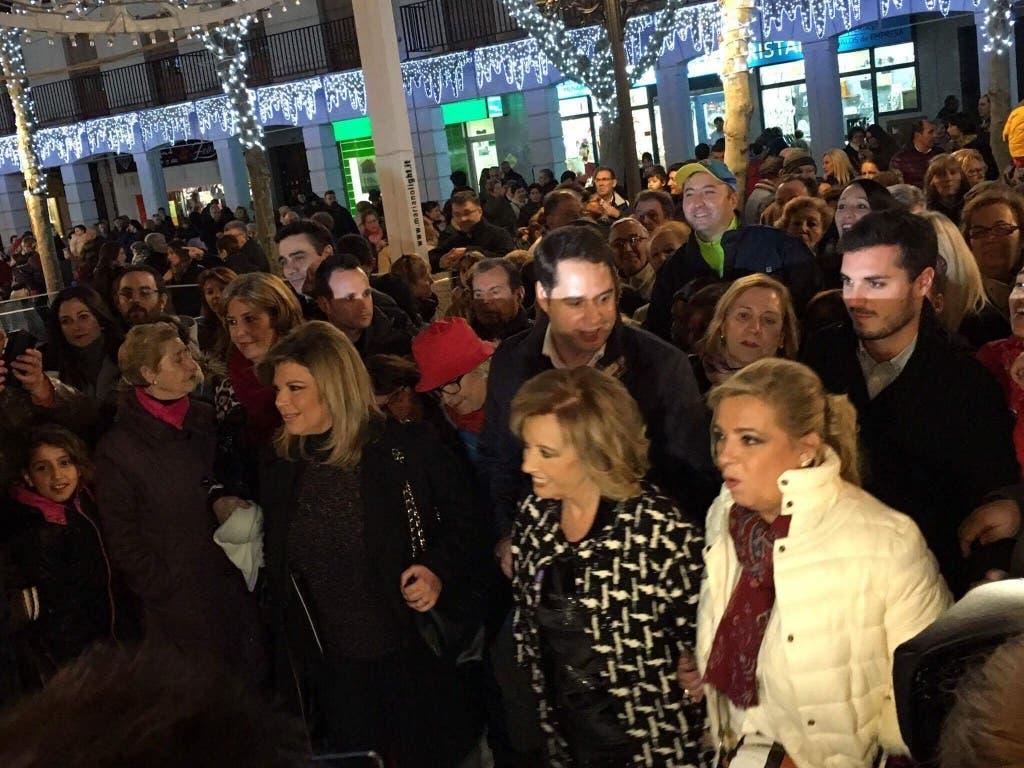 Las Campos pasean por la Plaza Mayor de Torrejón junto al alcalde y multitud de vecinos (MiraCorredor.tv).