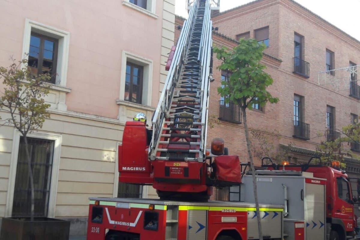 Se derrumba parte de la cornisa del Ayuntamiento de Alcalá