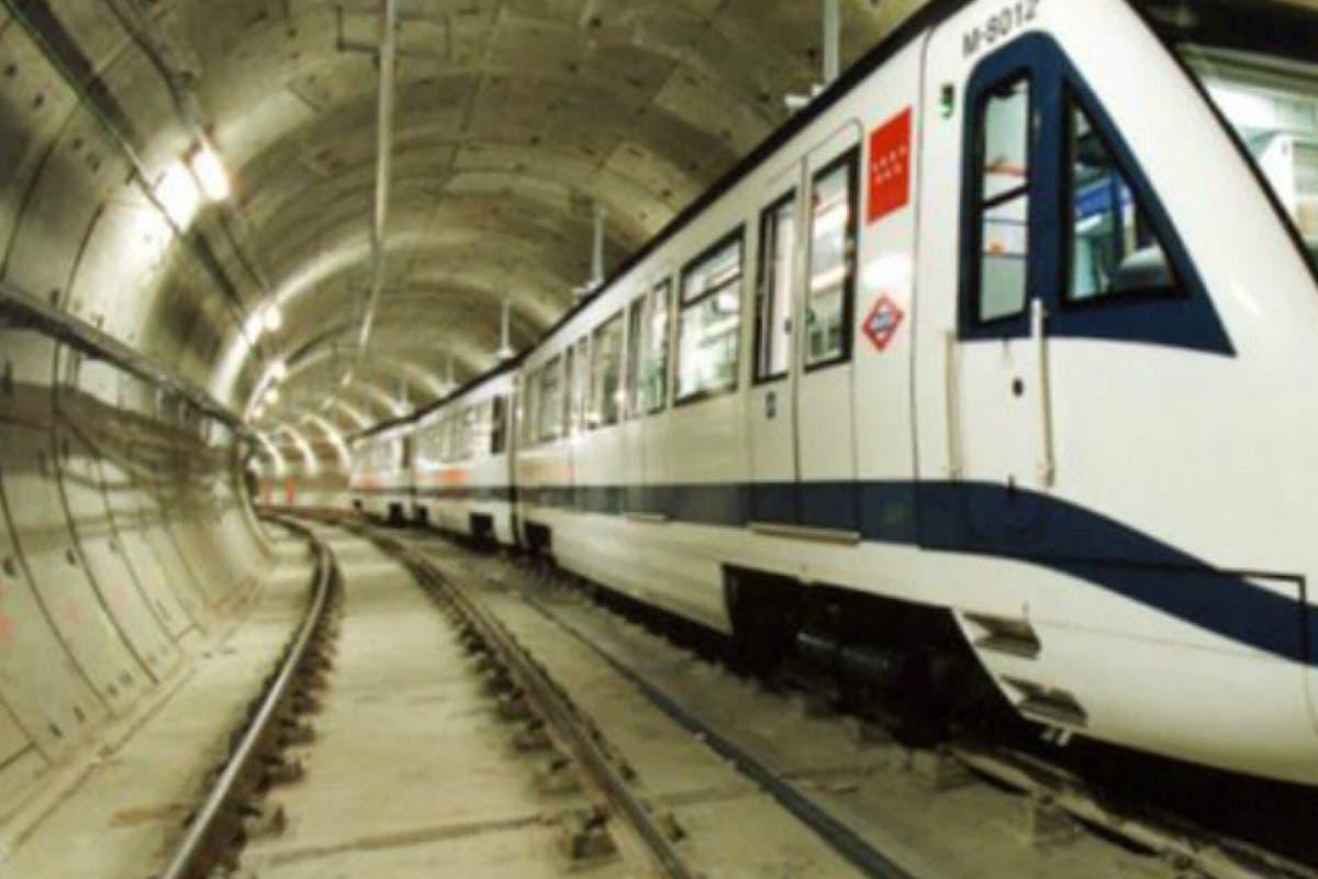 Un pilote cae sobre la catenaria del Metro y obliga a cortar la Línea 1