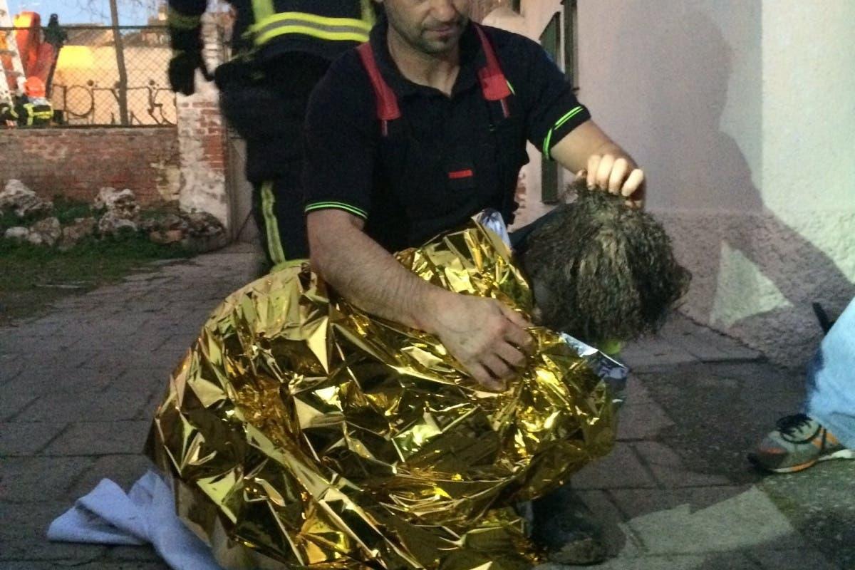 Rescatan a una perrita en Madrid tras caerse a un pozo de 50 metros de profundidad