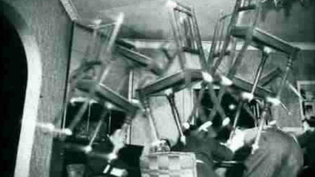 Muebles volando en El Baúl del Monje.