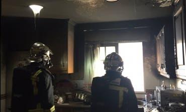 Tres intoxicados en el incendio de una vivienda en Coslada