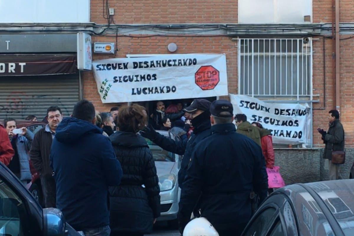 Dos detenidos y varios heridos en el desahucio paralizado en Alcalá de Henares