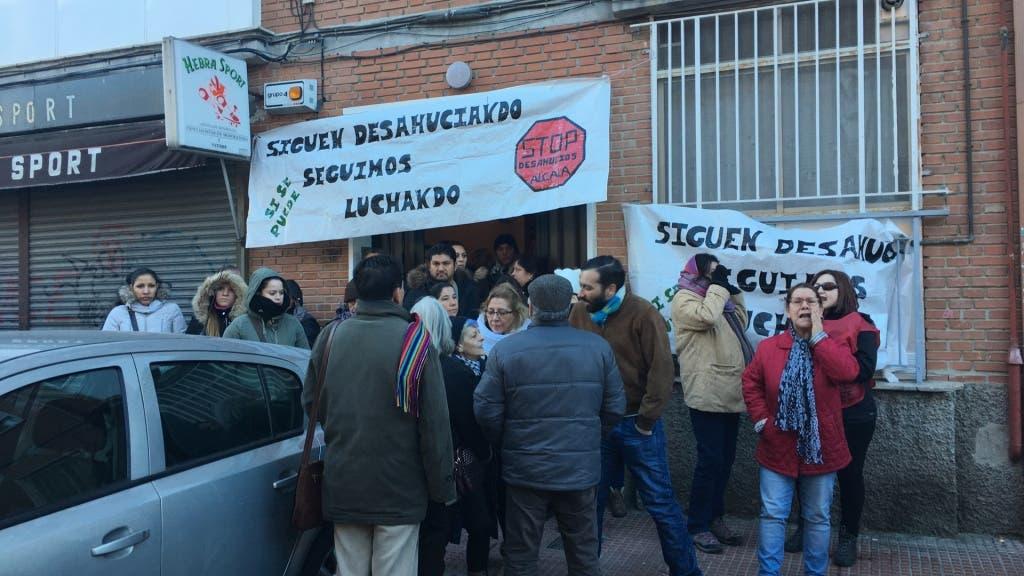 Vecinos y activistas en las puertas del edificio (MiraCorredor.tv)