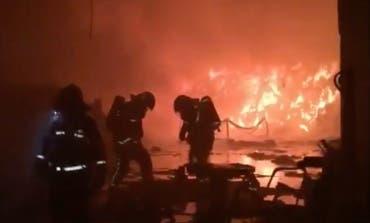 Un incendio calcina dos naves industriales en Humanes