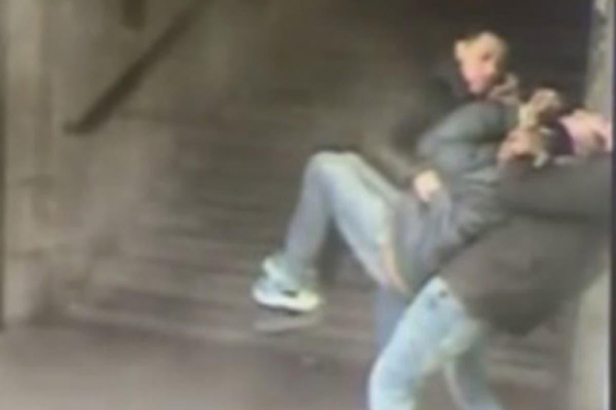 Las cámaras del Metro de Madrid captan un atraco por «mataleón»