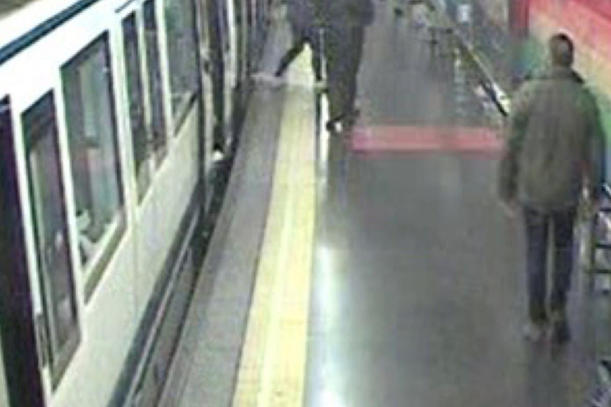 Un policía fuera de servicio salta a las vías del Metro para socorrer a un hombre