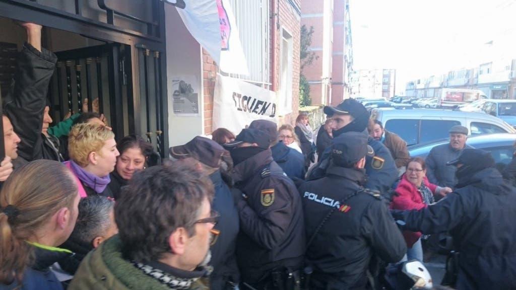 Uno de los momentos de máxima tensión vividos esta mañana en Alcalá de Henares (PAH).