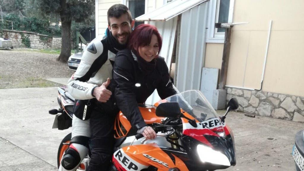 Los jóvenes pasan para una foto en la moto en la que fallecieron (MiraCorredor.tv).