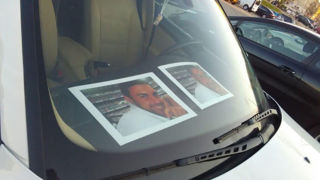 Un coche en Velilla con su foto durante la concentración de este miércoles (MiraCorredor.tv).