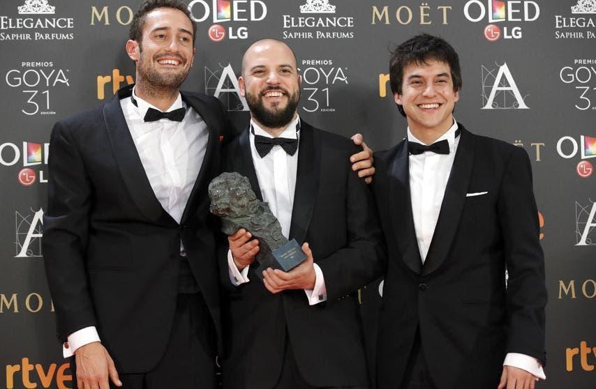 El equipo, con David Guerrero al centro, sosteniendo el Goya (EFE).