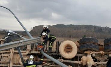 Sale ileso tras volcar su camión en la A-3, Rivas