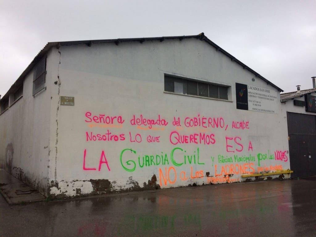 Pintadas en las fachadas del polígono de Ajalvir contra la oleada de robos (MiraCorredor.tv).