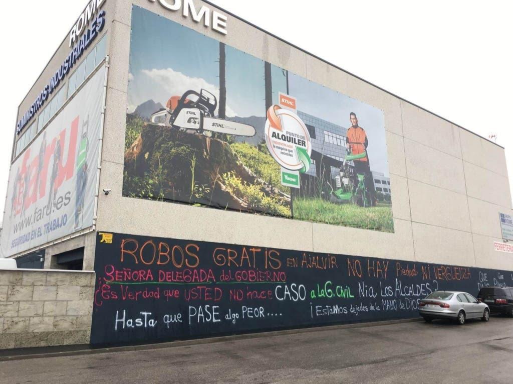Los empresarios expresan su malestar con pancartas y pintadas (MiraCorredor.tv).