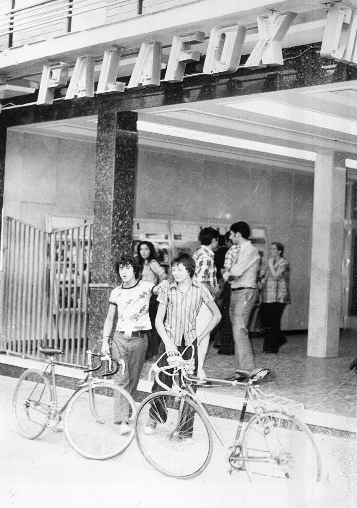 Unos chavales en la puerta del Cine Palafox (Las Fotos de Torrejón).