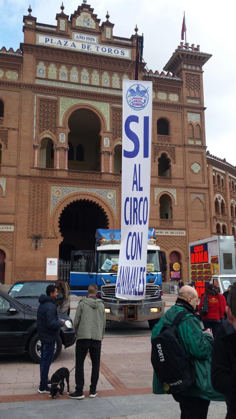 Pancarta desplegada en la Plaza de las Ventas, donde ha finalizado la protesta (Cedida).