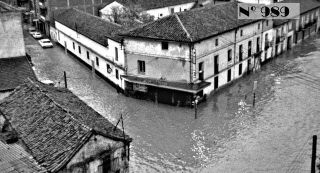 Una imagen de la gran riada de 1973 donde se ve el cine Los Arcos (Las Fotos de Torrejón).
