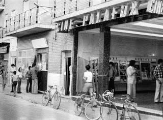 El Cine Palafox, que todavía hoy conserva un detalle de la taquilla y la cartelera en su fachada (Las Fotos de Torrejón).
