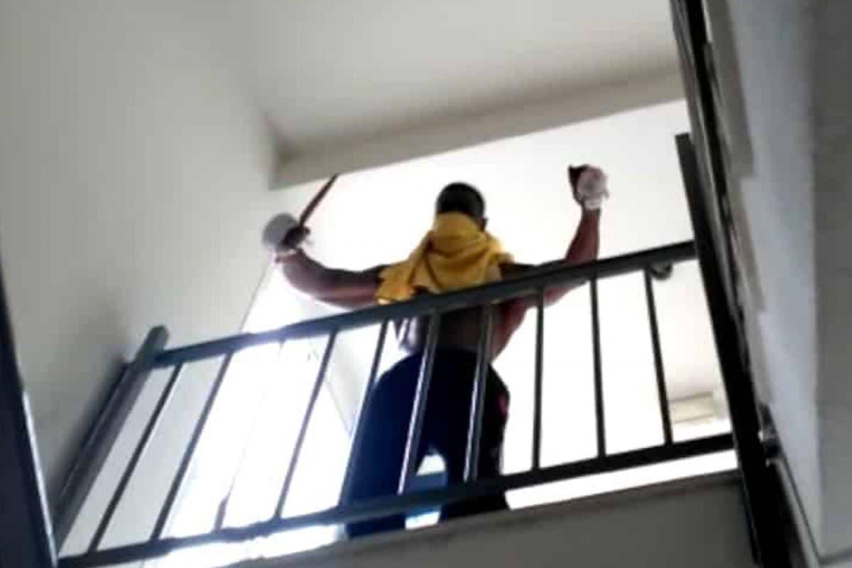 Amenaza a su madre y a la Policía con un cuchillo desde el descansillo del edificio