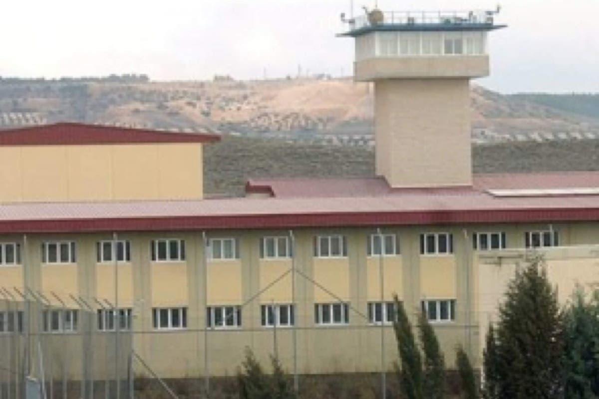 Varios funcionarios heridos por un recluso en una cárcel de Madrid