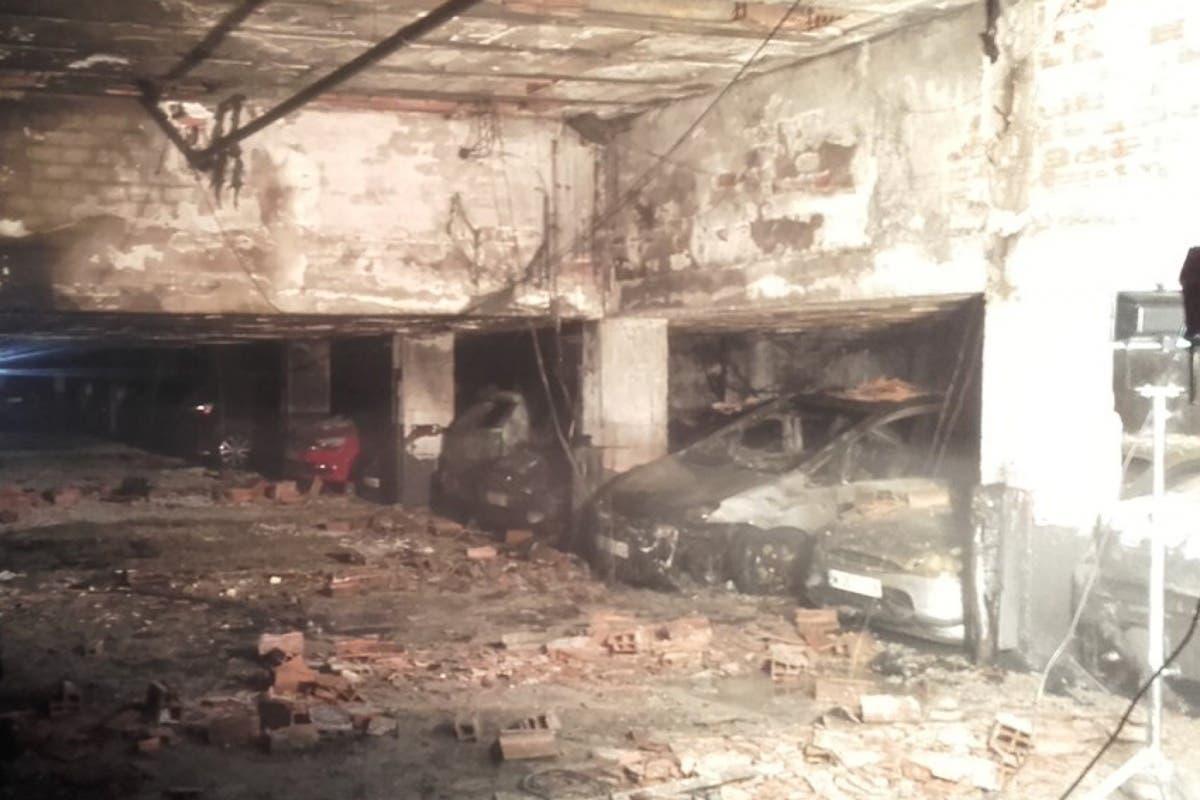 Un incendio calcina 12 coches y 11 motos en un garaje de San Blas