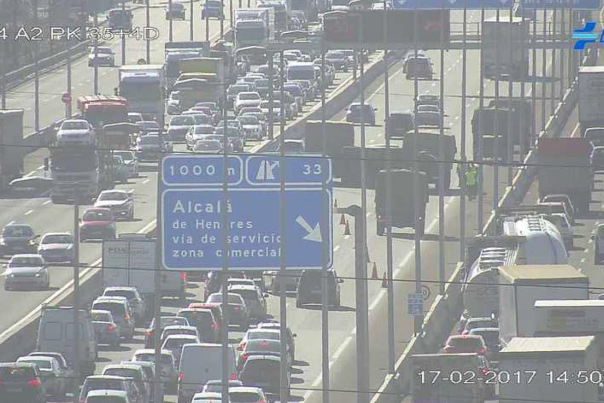 Vuelca un camión militar en la A-2, a la altura de Alcalá de Henares