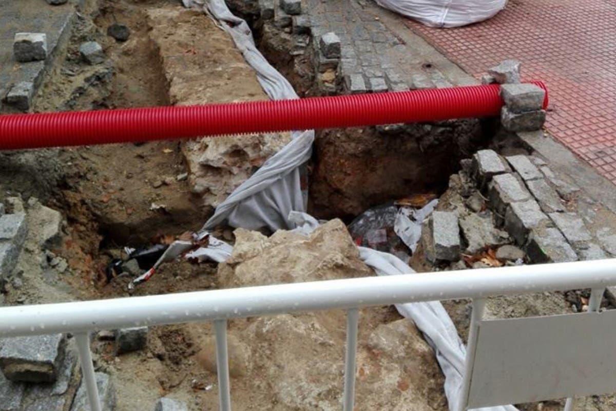 Aparecen posibles restos de la muralla medieval de Alcalá al abrir una zanja