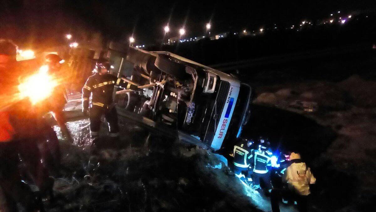 Imagen del camión volcado en la M-45