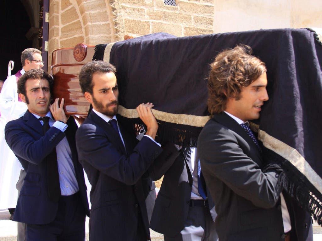 Algunos de sus hijos llevando el féretro en su entierro (EFE).
