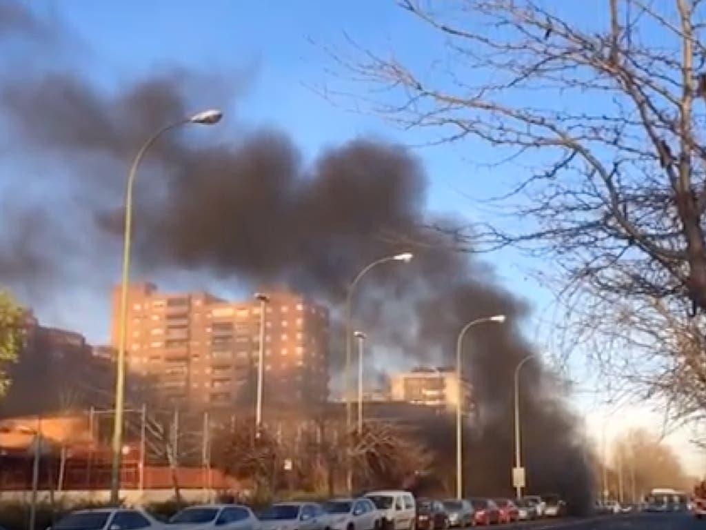 Un incendio en la Línea 8 de Metro provoca una enorme columna de humo