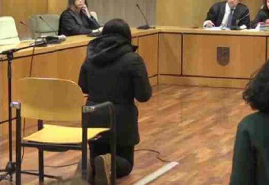La madre que arrojó a su bebé a la basura en Mejorada pide perdón de rodillas