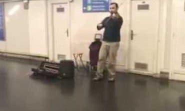 El violinista que causa furor en el Metro de Madrid con su versión de «Despacito»
