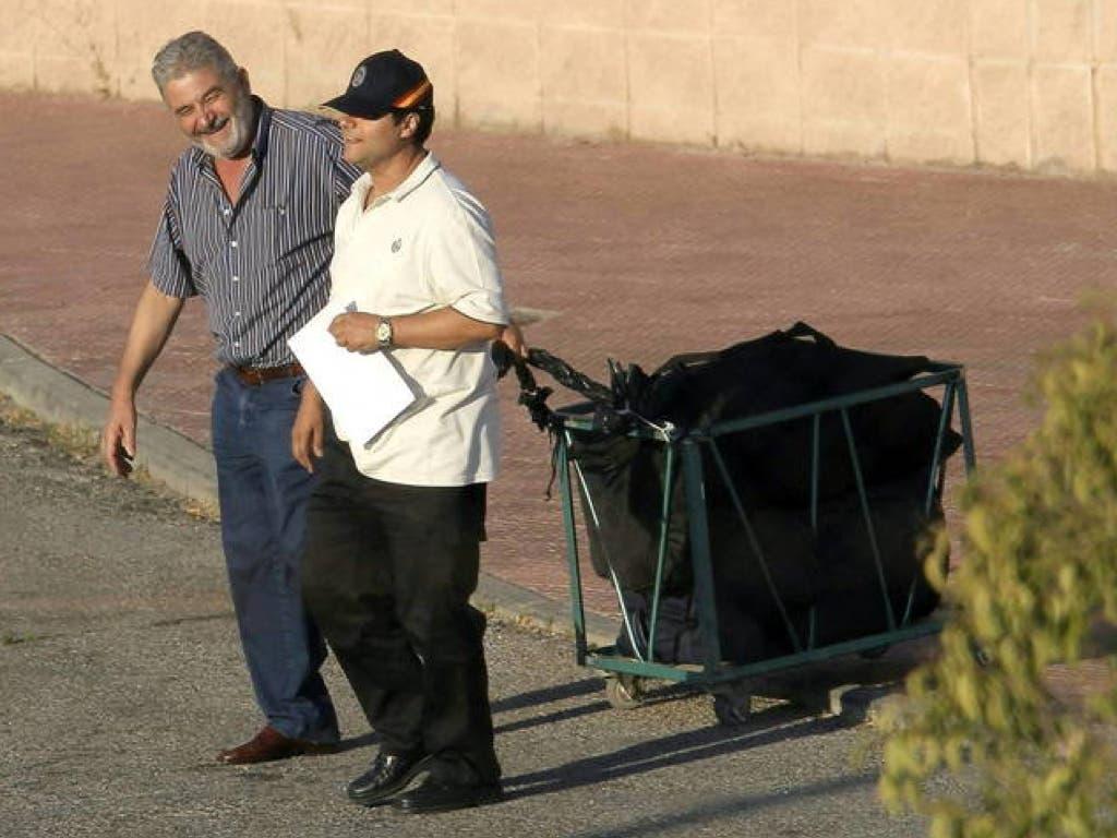 Oubiña arrastra su equipaje a su salida de la cárcel (EFE).
