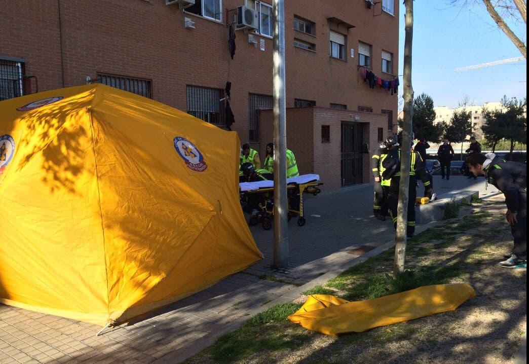 Muy grave una joven en Madrid tras ser apuñalada y caer por una ventana