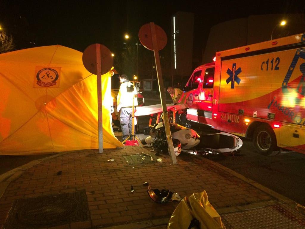 Un motorista, muy grave tras chocar contra una señal en Vicálvaro