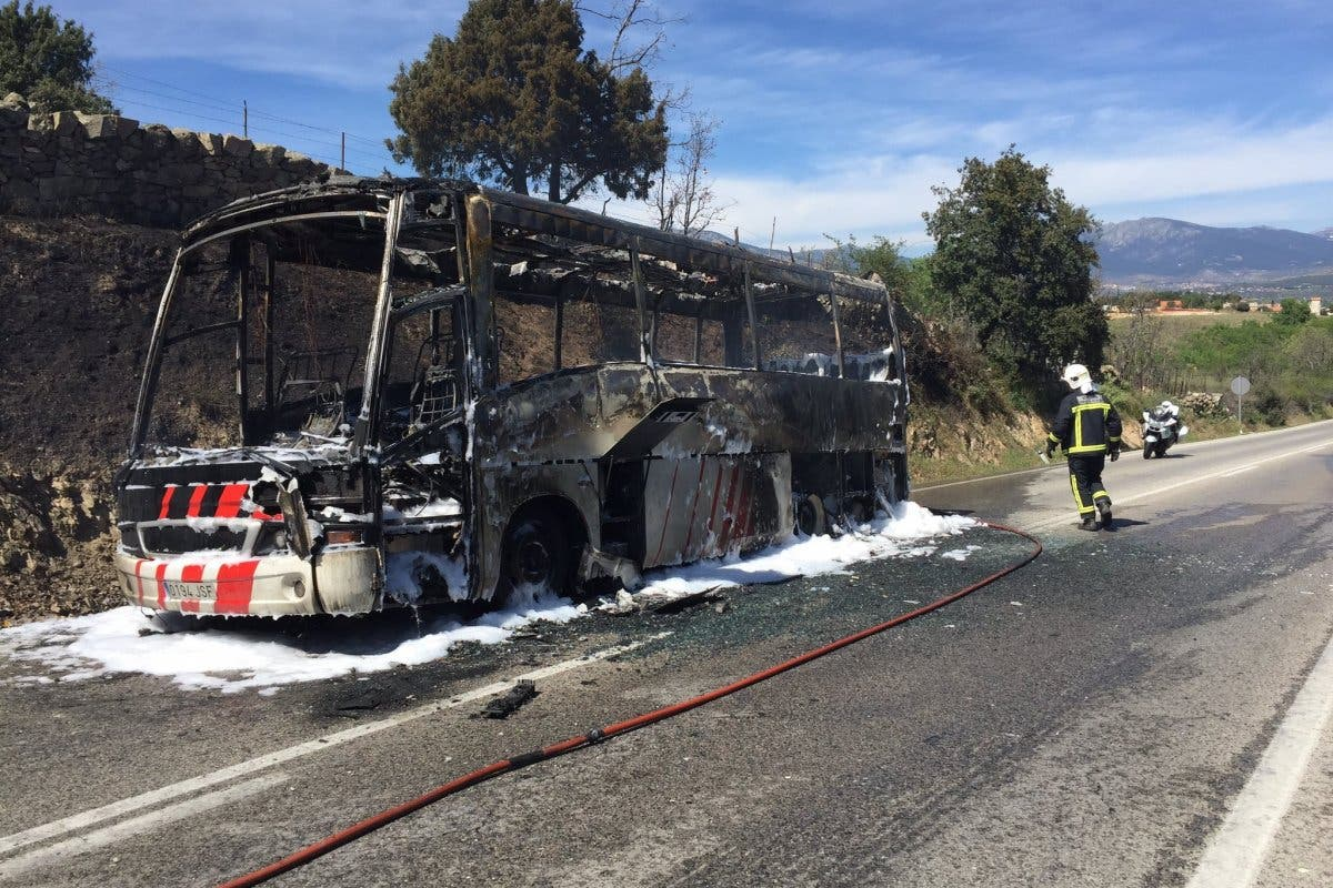Un autobús en el que viajaban 26 personas arde por completo en la M-600