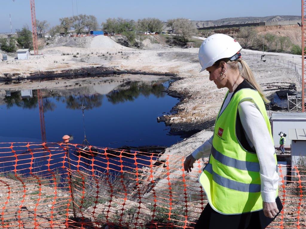 Extraídas 24.800 toneladas de aceite industrial de la laguna de Arganda