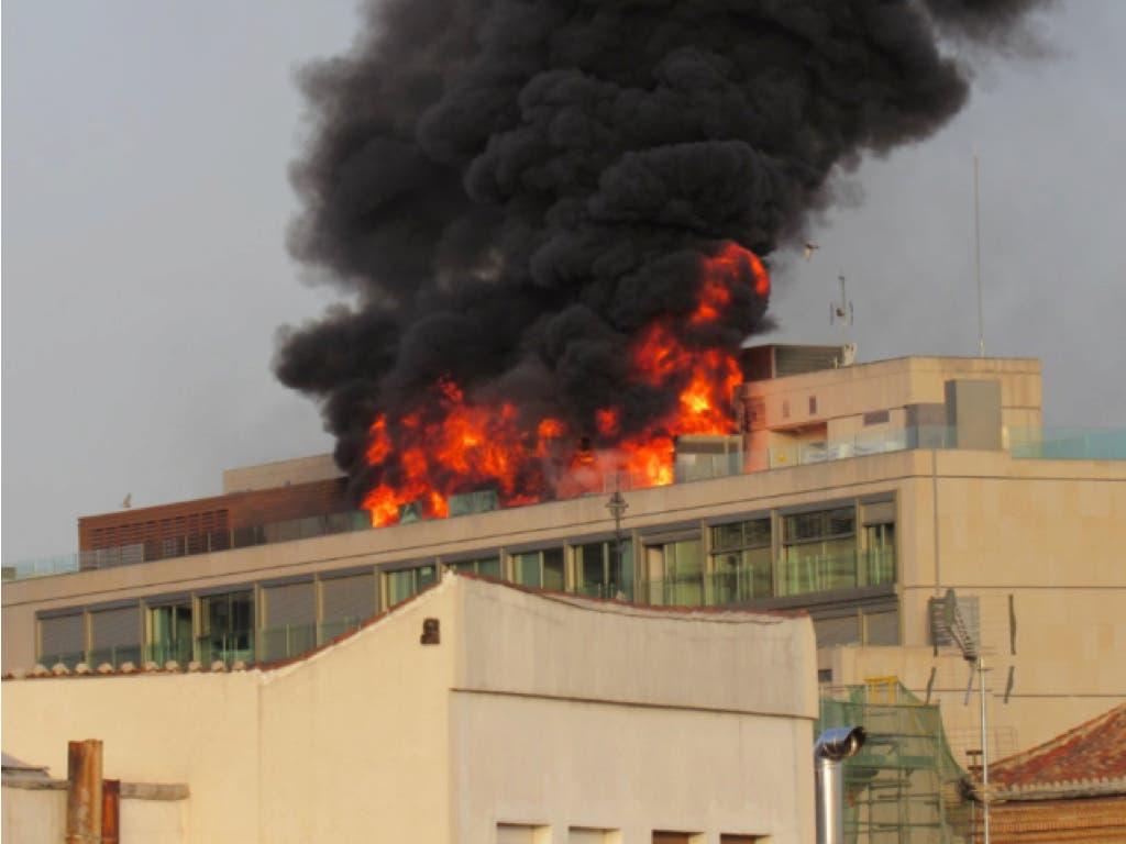 Espectacular incendio en la azotea de un edifico de la Gran Vía