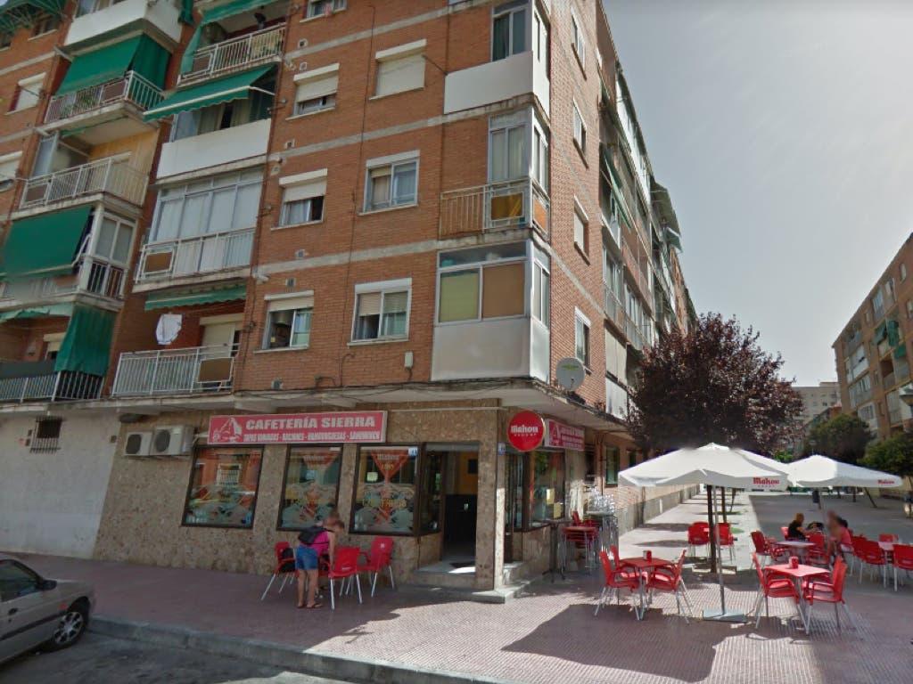 Estupor en la terraza de un bar de Alcalá al ver saltar a una mujer al vacío