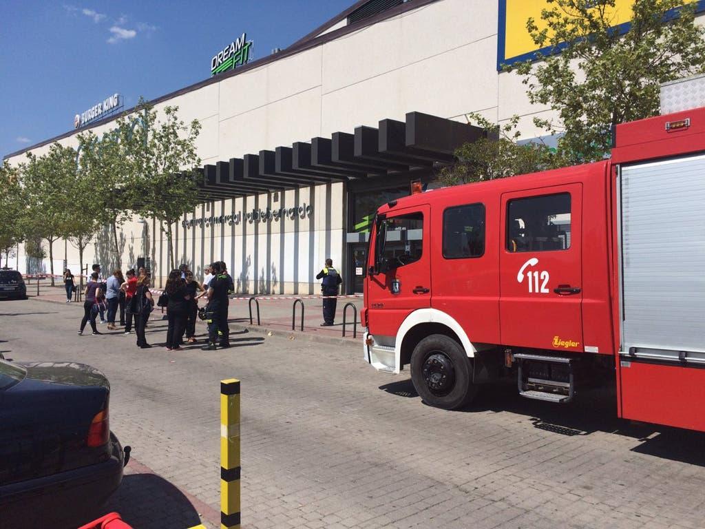 Desalojan y cierran un centro comercial de Vicálvaro por la fisura de una viga