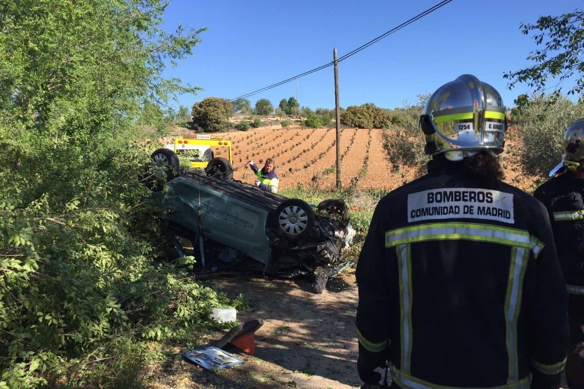 Tres jóvenes heridos tras volcar su coche en la A-3