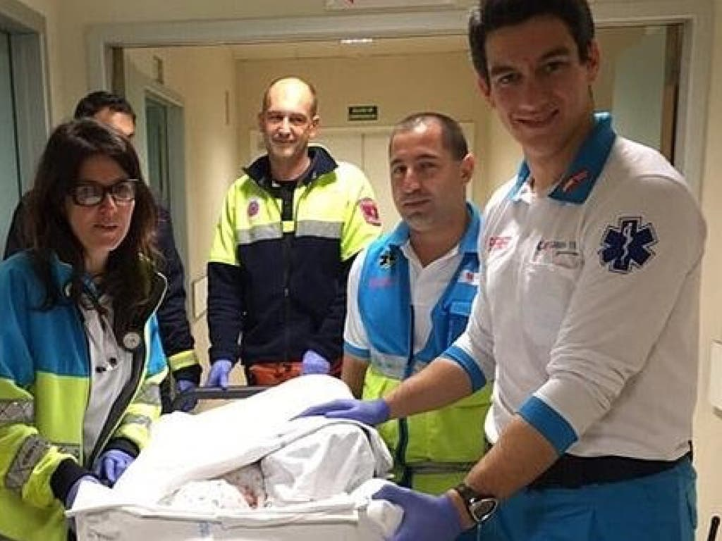 Los sanitarios del SUMMA que trasladaron a la bebe al hospital.