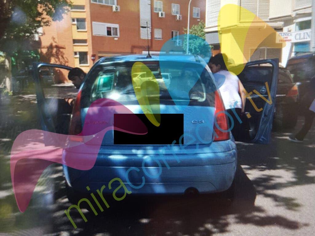 El presunto agresor y su acompañante cuando se disponían a marcharse (MiraCorredor.tv).