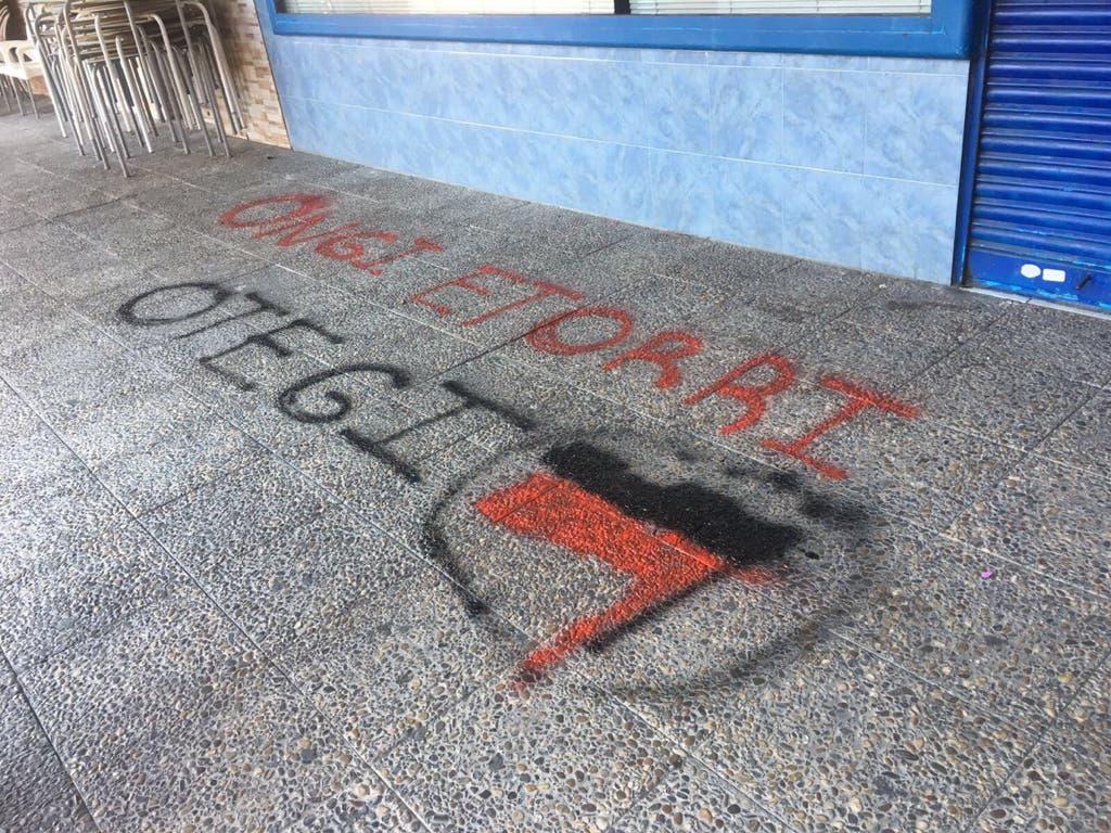 Atacan la sede del PP de Coslada y escriben esto en el suelo
